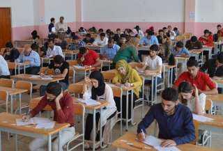 طلاب الدبلومات الفنية يؤدون امتحان العربى اللغة العربية وسط إجراءات احترازية