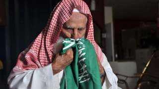 قصة إصابة صاحب الصورة الشهيرة بتقبيل العلم السعودي بكورونا