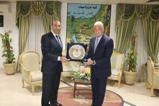 محافظ جنوب سيناء يكرم رئيس مكتب الرقابة الإدارية بالمحافظة .. أعرف السبب