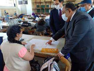 بالصور .. رئيس جامعة حلوان يتفقد سير امتحانات الفرق النهائية