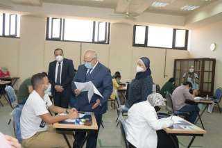 رئيس جامعة القاهرة يتابع امتحانات الفرق النهائية من خلال غرفة العمليات الإلكترونية