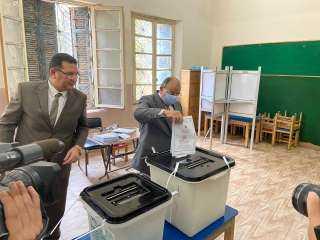 بالصور.. وزير التنمية المحلية يُدلي بصوته في انتخابات مجلس الشيوخ