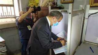 بالصور...وزير التموين يدلي بصوته في انتخابات مجلس الشيوخ