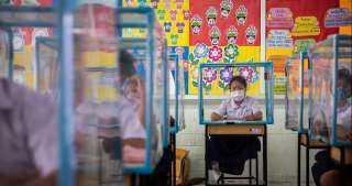 التعليم في زمن الكورونا داخل صناديق البلاستيك بالمدارس.. اعرف القصة كاملة