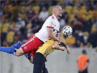 إيقاف لاعب بالدوري الألماني 5 مباريات بعد هجومه على مشجع