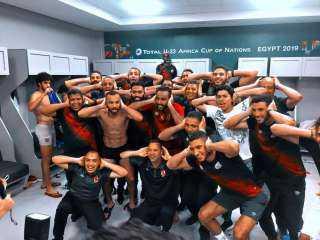 لاعبو الأهلي يحتفلون بالدرع 42 على طريقه مؤمن زكريا