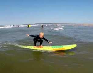 تريند السوشيال ميديا.. حكاية الطفل المعجزة الذى يمارس ركوب الأمواج بمهارة عالية في سن الـ 4