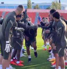 شاهد.. لاعبو أتلتكو مدريد يحتفلون بانضمام سواريز على طريقتهم الخاصة