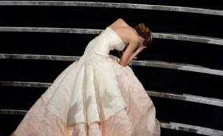 آخر تقاليع كورونا.. فتاة تسقط بين المعازيم في حفل الزفاف والسبب:غريب