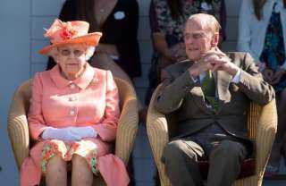 حكاية إجبارالملكة إليزابيث لزوجها على ترك التدخين ليلة زفافهما.. إليك القصة كاملة
