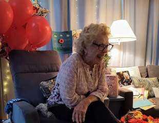 بعدما أجبرتها زوجة أبيها على ترك الدراسة قبل 75 عامًا.. مسنة تحصل على شهادة الثانوية بعيد ميلادها الـ 93