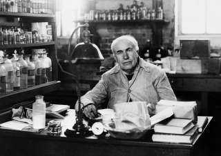 مصباح الكهرباء ليس فكرته وتنازل عن أشعة إكس بعدما فقد نظره.. حقائق صادمة عن اختراعات «توماس إيدسون»