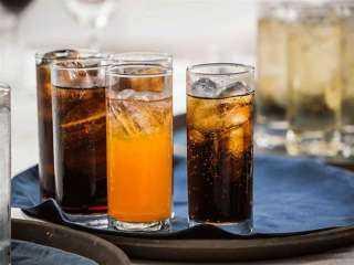 خلى بالك.. أضرار ومخاطر عند تناول المشروبات الغازية الداكنة