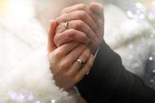 أثار خلافاً بين العلماء.. تعرف على حكم ملامسة الزوج لزوجته بعد الوضوء