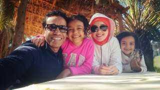 سامح حسين ينشر صورة بصحبة زوجته وابنتيه: ذكريات حلوة