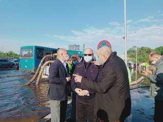 محافظ القاهرة يتفقد أحياء العاصمة للإشراف على عمليات شفط مياه الأمطار