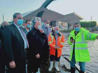 محافظ ومدير أمن القاهرة بمنطقة المنصة للإشراف على عمليات شفط المياه