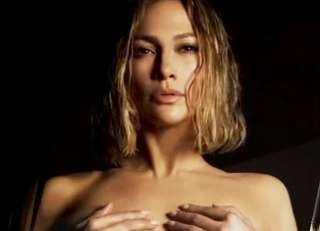 """بالصور.. فنانة مشهورة تتخلي عن جميع ملابسها في فيديو للدعاية لـ""""كريم لتفتيح البشرة"""""""