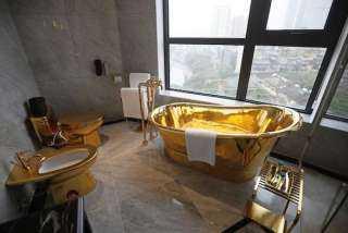 """أول فندق في العالم """"مدهون"""" بالذهب عيار 24 .. حتي فناجين القهوة و""""البانيو"""" ذهبية"""