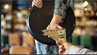 آخر تقاليع كورونا.. مليونير يدفع 3 آلاف دولار «بقشيش» على فاتورة بـ7 دولارات