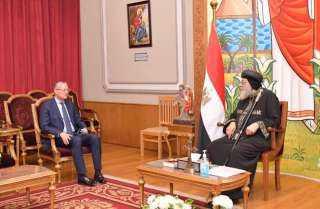البابا تواضروس يهدى السفير المصرى فى بولندا مجسما لمصر والعائلة المقدسة