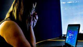 زعيم عصابة للابتزاز الجنسي.. شاب يستدرج 74 بنت وإمرأة ويفضحهن بنشر صورهن الإباحية علي الانترنت