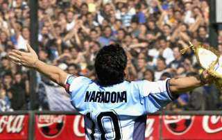 مارادونا يسيطر على العناوين الرئيسية للصحف الإيطالية