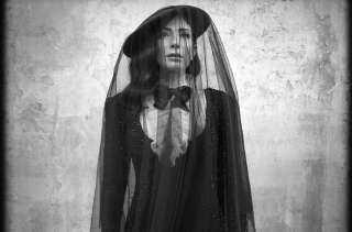 منى زكي تخطف أنظار جمهورها بإطلالة كلاسيكية في أحدث جلسة تصويرية