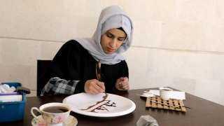 """البن اليمني .. فنانة ترسم بالقهوة للتعبير عن آلام شعب """"سد مأرب"""" و""""صنعاء"""""""
