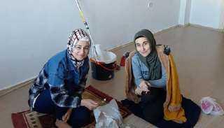 """إسراء وجنة.. مدرستان تعملان في """"النقاشة"""" من أجل """"لقمة العيش"""" بالحلال"""