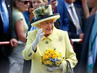 تقتل فيروس كورونا.. معلومات مثيرة عن قفازات ملكة بريطانيا الجديدة