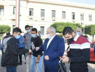 بالصور .. جولة مفاجئة لرئيس جامعة القاهرة للتأكد من التزام الجميع بإتباع الإجراءات الاحترازية
