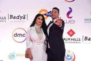 أحمد الفيشاوي يقبل زوجته على السجادة الحمراء
