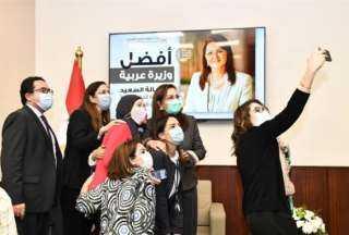 وزيرة التخطيط تلتقط «السيلفى» مع العاملين وتقول لهم : أنتم شركائى فى الجائزة