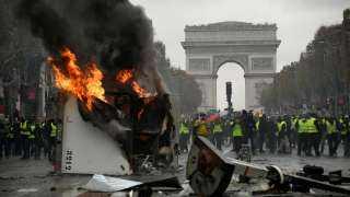 باريس على صفيح ساخن.. اشتباكات عنيفة بين الشرطة الفرنسية والمتظاهرين