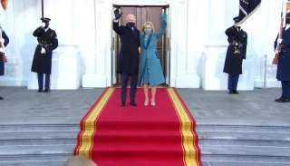 بايدن وزوجته يصلان البيت الأبيض سيرًا على الأقدام