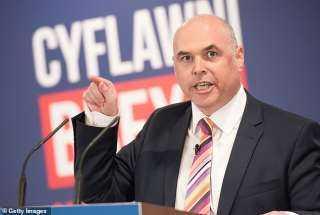 استقالة سياسي كبير بعد اعترافه بشرب الخمور في البرلمان مع نواب آخرين