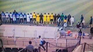 """فريقان يؤديان صلاة المغرب """"جماعة"""" في ملعب مباراة بالدوري السوداني"""