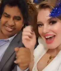 بالفيديو.. راقصة شعبية تسبب حرجا كبيرا للفنان أحمد عدوية