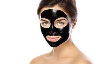 قناع الفحم.. الحل السحري لإزالة الرؤوس السوداء من الوجه