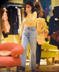 سيلينا جوميز ترتدي ملابس عاريةأثناء التسوق