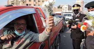 بالفيديو .. رجال الشرطة يوزعون الورود والحلوى على المواطنين بالشوارع