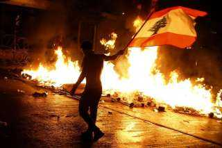 عاجل.. متظاهرون في لبنان يقطعون الطرق الرئيسية بالإطارات المشتعلة