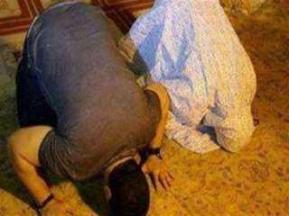 فيديو.. أين تقف الزوجة عندما يؤمها زوجها في الصلاة؟