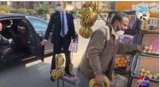 السيسي أمر بعلاجه ..بائع فاكهة يكشف تفاصيل حواره مع الرئيس