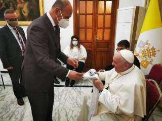 إهداء قميص المنتخب العراقي إلى بابا الفاتيكان