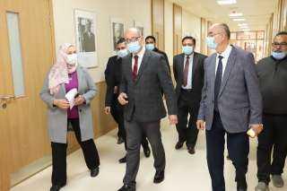 نائب رئيس عين شمس يجرى جولة تفقدية بكلية الألسن