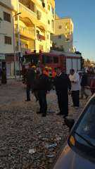 اللواء عمرو حنفى يطمئن على سكان عقار بعد إنهيار جزء منه بالغردقة