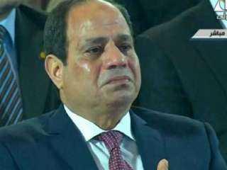 فاضت دموعه .. هكذا تأثر الرئيس السيسي بحديث أسر الشهداء فى الاحتفال بيوم الشهيد