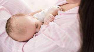 الصحة تكشف حقيقة انتقال فيروس كورونا للأطفال أثناء الرضاعة الطبيعية